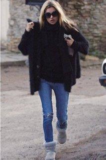 Kate Moss upgrade son jeans déchiré par du noir