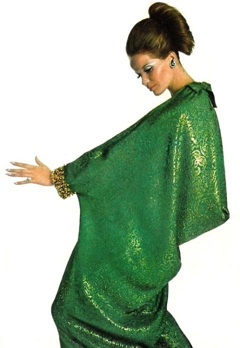 Veruschka en robe caftan vert émeraude Christian Dior (1965)