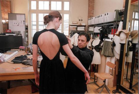 Azzedine au travail dans son atelier. Le maître sculpte ses vêtement sur le corps avec un talent de plasticien