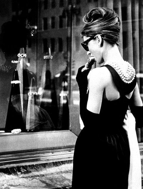 Holly Golightly en arrêt devant les vitrines de Tiffany's (comme on disait encore à l'époque) sur la 5th Avenue...