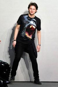 Le créateur britannique Christopher Kane (en t-shirt Balenciaga) grimpe en force. On en rugit de plaisir