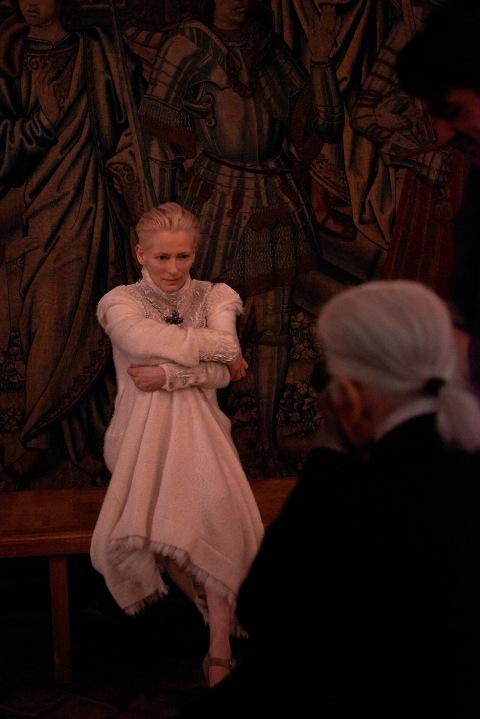 La beauté singulière de Tilda Swinton incarne pour Chanel les créations superbes de la collection des métiers d'art Paris-Edimbourg 2012-2013