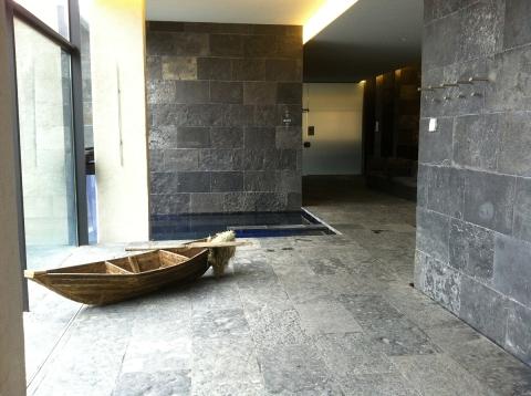 Beaucoup de pierre naturelle et quelques éléments en bois pour un spa labyrinthique et pourtant étonnamment chaleureux (ph. VD)