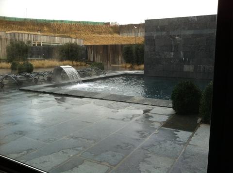 Belle même sous la pluie, la piscine extérieure, chauffée à 36°C (ph. VD)