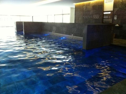 La piscine principale, immense avec ses zones bouillonnantes, est chauffée à 32°C (ph. VD)