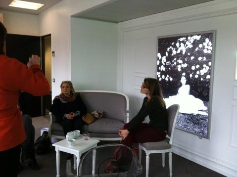 Atelier Dior à Bruxelles, installées dans les fauteuils Louis XVI gris Montaigne (ph. VD)