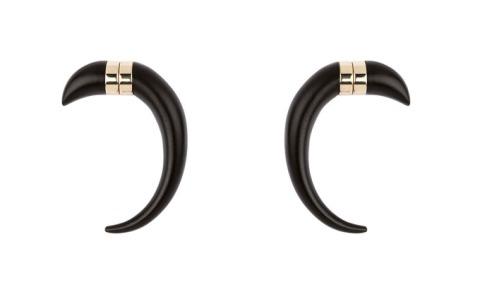 Boucles d'oreilles cornes aimantées en bois, Givenchy par Riccardo Tisci (210 €)