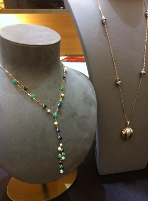 Coll. Paris Nouvelle Vague, à gauche collier Espiègle, à droite Sautoir Affranchie, Cartier (ph. VD)