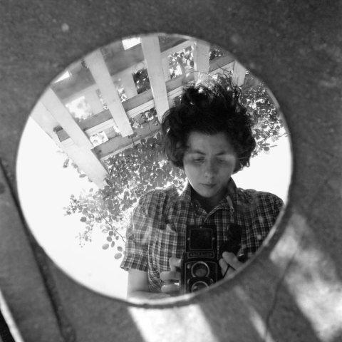 Autoportrait de Vivian Meier. Rares sont les clichés datés ou légendés...
