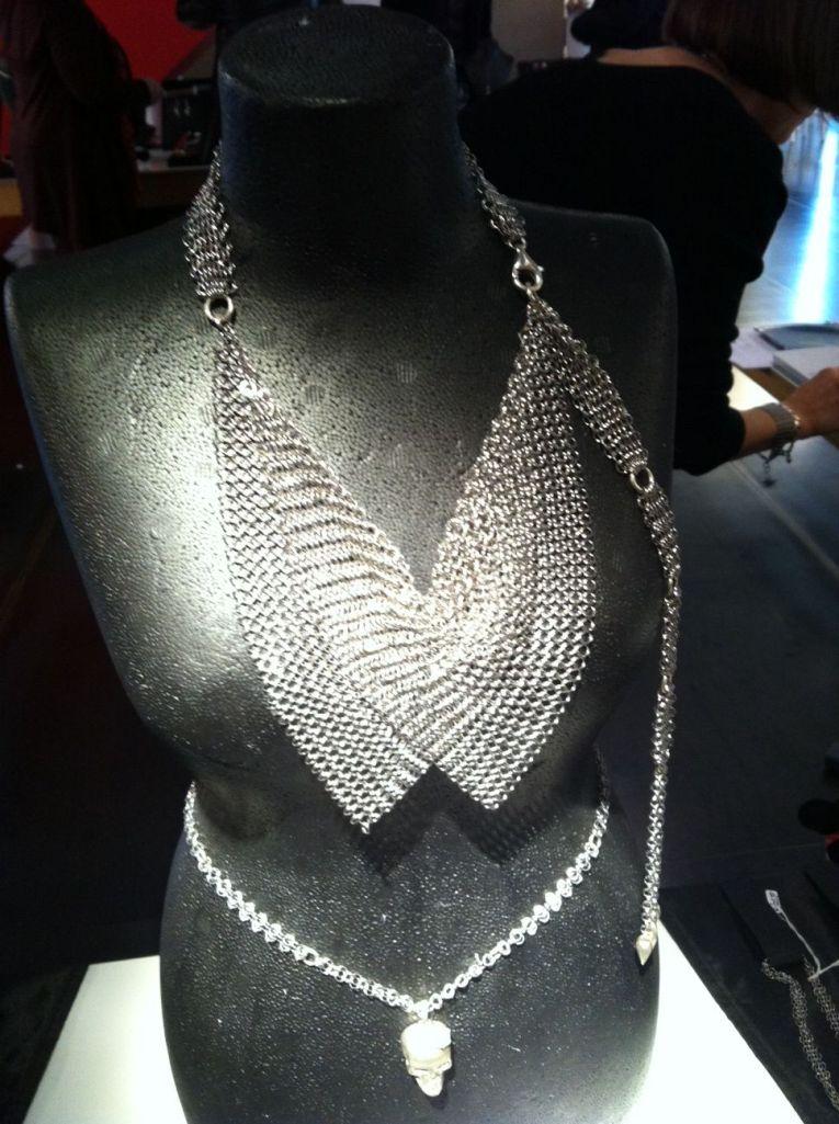Collier foulard et ceinture, coll. Cottes de mailles Atelier Galez (ph. VD)