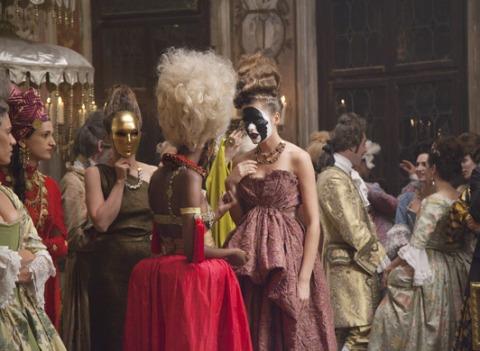 """""""L'Invitation au voyage"""" de Vuitton nous entraîne à Venise, avec Bowie et Arizona Muse"""