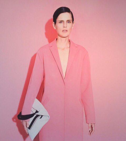 Stella Tennant en manteau paletot Cédric Charlier pour La Redoute