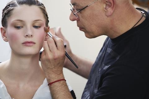 Nicolas Degennes, directeur artistique du maquillage Givenchy, en pleine action (doc. Givenchy)