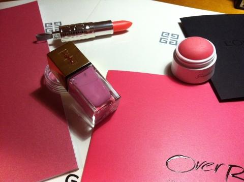 Déjà adoptés: les charming pinks du printemps prochain, vernis, rouge brillant et blush (ph. VD)