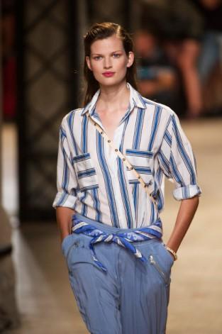 Chemise à rayures indigo sur pantalon en toile. L'été en pente douce (Paul & Joe)