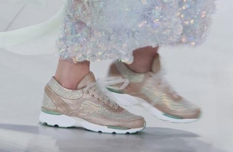 Chic et confort, les sneakers sous la robe du soir Chanel Haute Couture