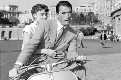 Gregory Peck et Audrey Hepburn, les cheveux au vent dans les rues de Rome (Vacances romaines, )