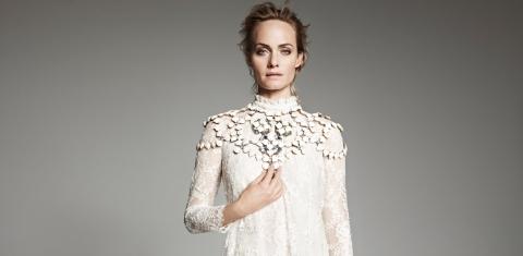 La belle Amber Valetta (40 ans) incarne la green fashion H&M Conscious printemps/été 2014