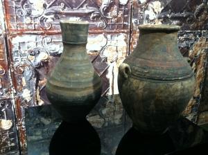 Deux poteries joliment mises en valeur, Rouge de Chine
