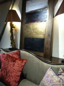 Mobilier chaleureux, toiles, luminaires et objets d'art...