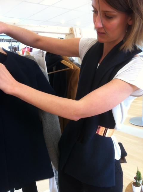 Margaux Bolle nous présente la première collection Akin To. Elle porte un gilet-foulard maintenu par une ceinture en cuivre (ph. VD)
