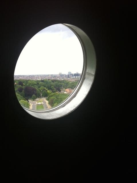 Depuis la boule centrale de l'Atomium, la vue s'étend loin sur Bruxelles les jours sans smog... (ph. VD)