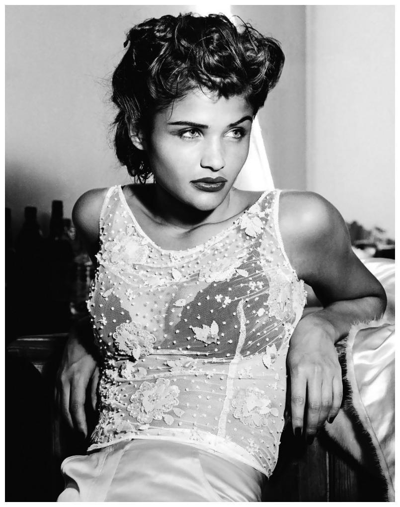 Helena Christensen, elle-même devenue photographe, devant l'objectif d'Albert Watson (expo Young Gallery)