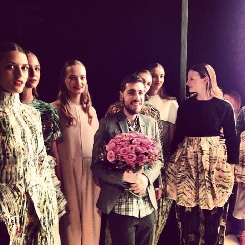Le jeune diplômé de La Cambre, Eddy Anemian, au milieu des mannequins à l'issue de son défilé pour H&M