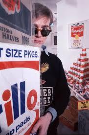 Andy Warhol, la Brillo box et les conserves de soupe Campbell, soit les ingrédients du Pop Art. Photo Henri Dauman