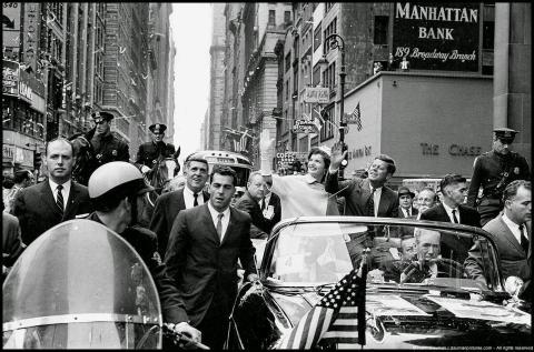 John et Jackie Kennedy traversent Manhattan en triomphe après l'élection présidentielle. Photo Henri Dauman