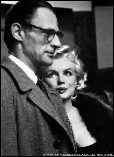 Arthur Miller et Marilyn Monroe en 1959, sur le tournage de Certains l'aiment chaud. Photo Henri Dauman