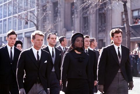 Entourée de Bob et Ted Kennedy lors des obsèques du président JFK en 1963. Photo Henri Dauman