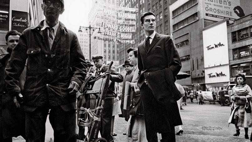 Yves Saint Laurent en 1958 sur la 5e Avenue. Photo Henri Dauman