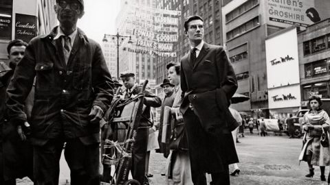 Yves Saint Laurent en 1958 sur la 5e Avenue. Photo Henri Dauman