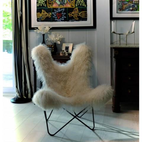 Le mythique et très vintage fauteuil AA Butterfly enfile sa petite fourrure de saison. En pur agneau de Mongolie, s'il vous plaît! (photos Airborne)