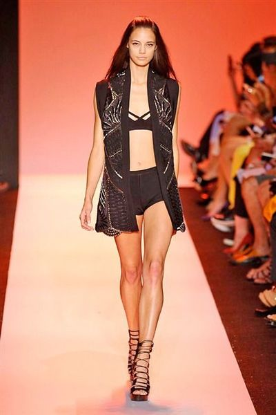 defile-herve-leger-by-max-azria-printemps-ete-2015_5032382