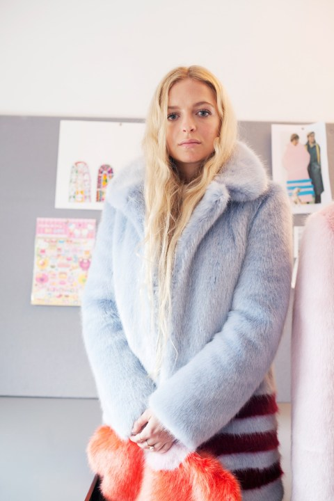 Hannah Weiland arborant l'une de ses créations hiver 2014-2015 (doc. Vogue UK)