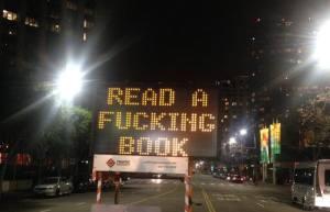 Revue et corrigé: un panneau routier hacké à Los Angeles.