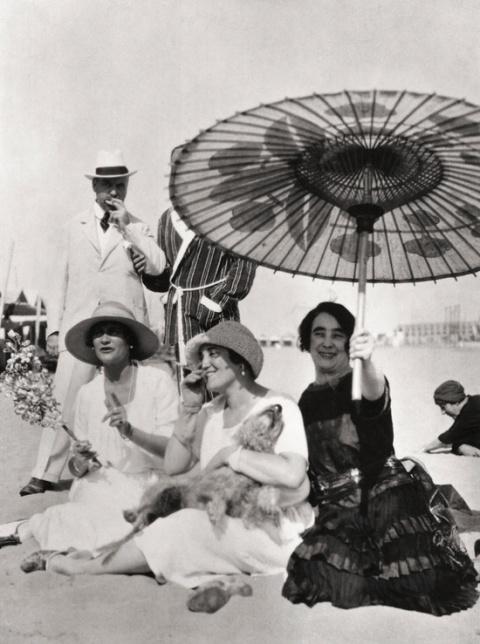 Coco Chanel (à g.) sur la plage avec Misia Sert (au centre)