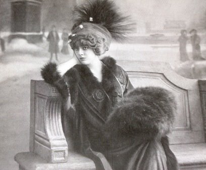 Misia Sert avec manchon, turban et aigrette