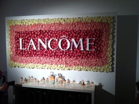 A l'origine, la rose Lancôme était fuchsia et non blanche (ph. VD)