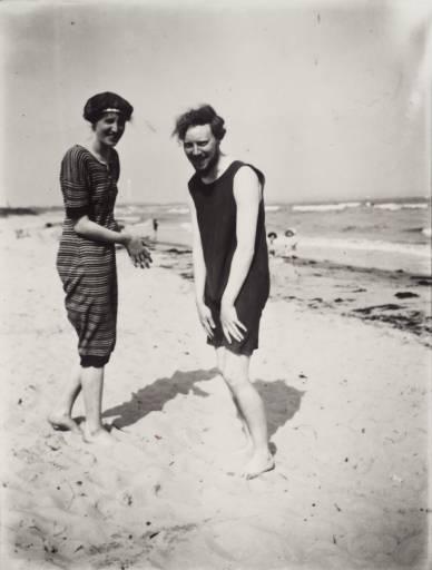 Virginia Woolf et Clive Bell sur une plage du Dorset en 1909
