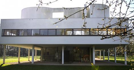 La maison-manifeste construire par Le Corbusier entre 1928 et 1931 à Poissy, dans les Yvelines, à 33kl de Paris. Façade sur pilotis...