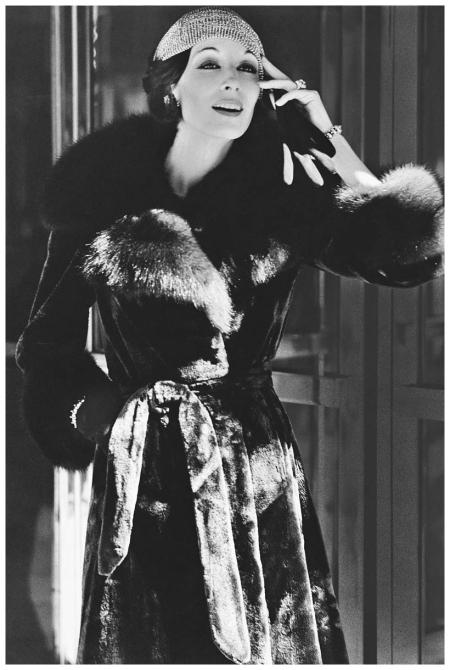 Anjelica Huston en manteau de fourrure, photographiée par Bob Stone