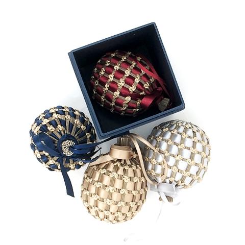 Bleue, rouge, or ou ivoire... Grâce à Quintessence, on a les boules... parfumées (xx €/pièce).