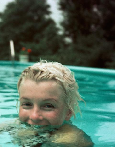 marilyn_monroe-milton_greene-pool